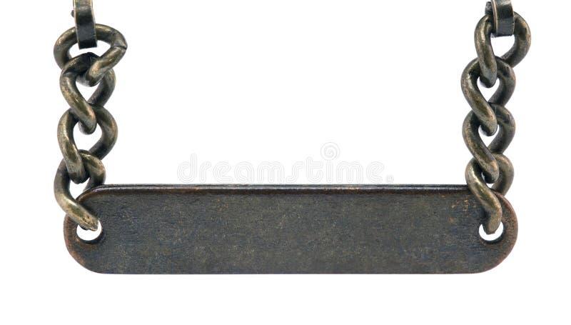 Placa de metal velha que pendura em uma corrente fotografia de stock
