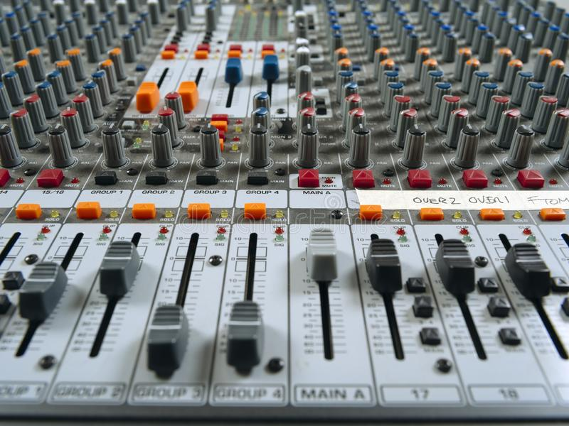 Placa de mistura do estúdio de gravação que mostra faders imagem de stock royalty free