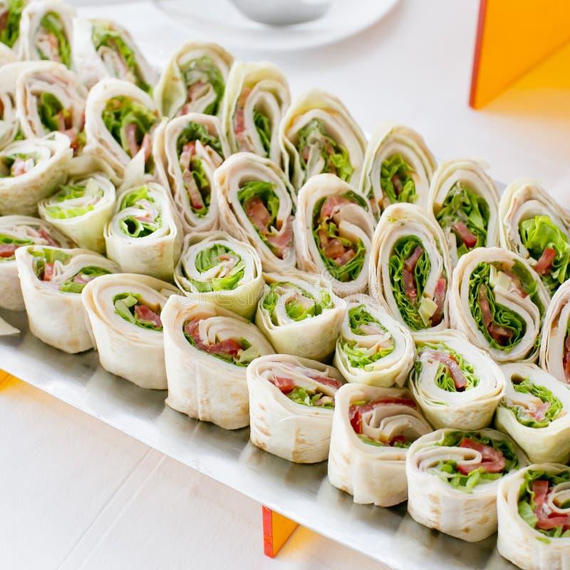 Placa de muitos mini aperitivos do sanduíche do tamanho da mordida foto de stock royalty free