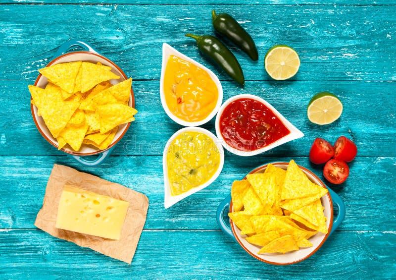 Placa de nachos con diversas inmersiones foto de archivo libre de regalías