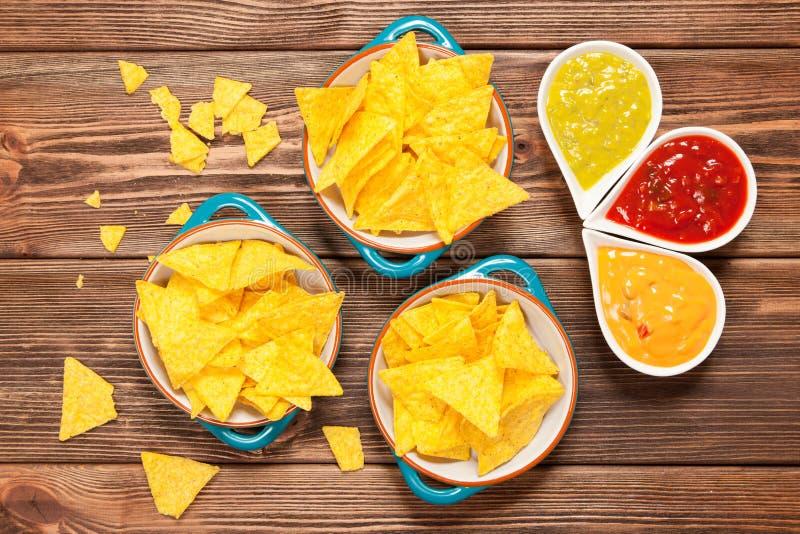 Placa de nachos con diversas inmersiones imagen de archivo libre de regalías