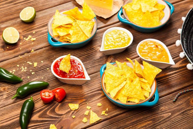 Placa de nachos con diversas inmersiones imagenes de archivo