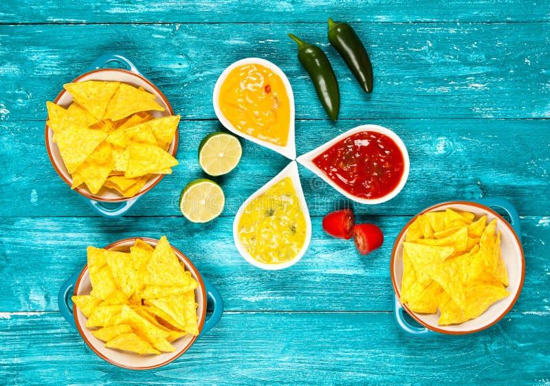 Placa de nachos con diversas inmersiones fotos de archivo libres de regalías