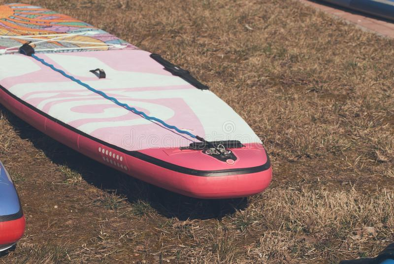 Placa de pá de passeio que encontra-se na grama, placa de pá para o fim da menina acima fotografia de stock royalty free