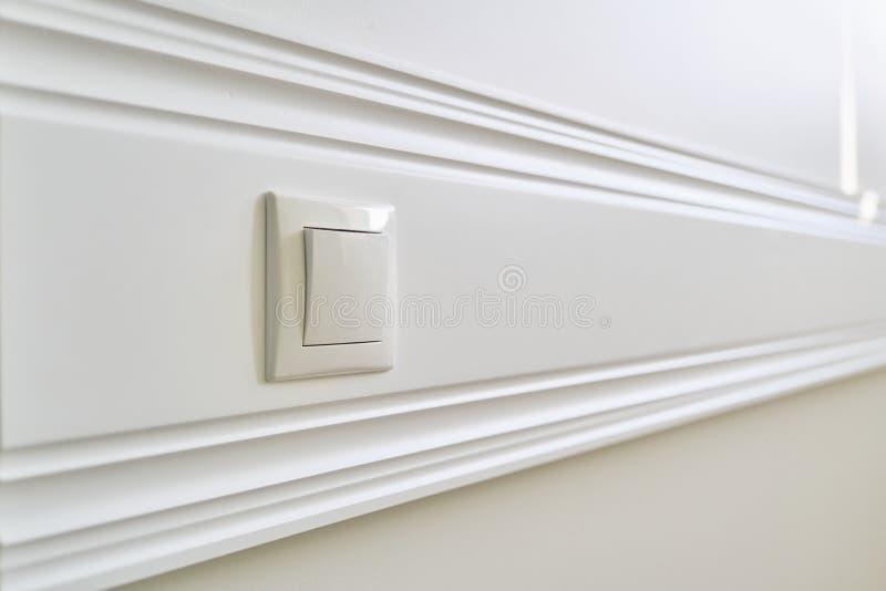 Placa de painel pintada branca de madeira colada à parede com o soquete de poder no close-up interior imagem de stock royalty free