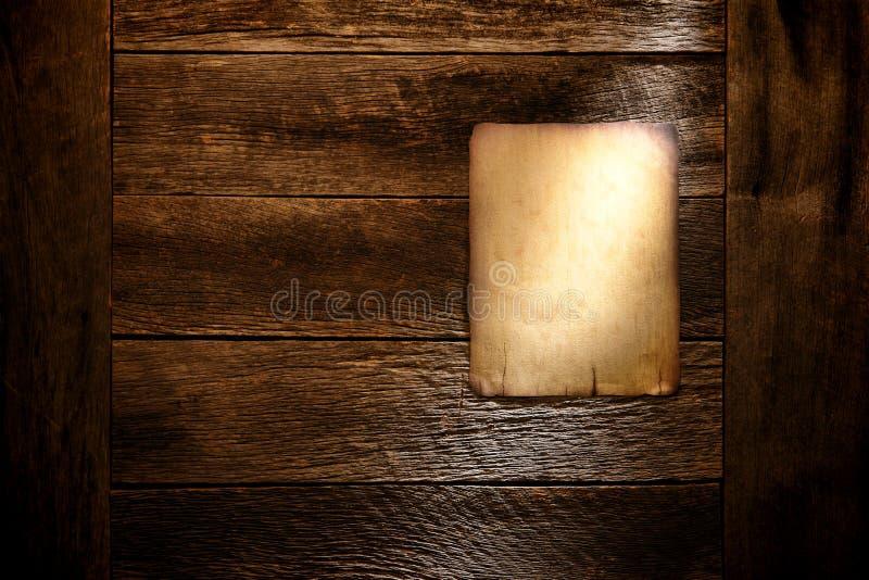Placa de papel velha do poster na parede de madeira antiga envelhecida fotos de stock