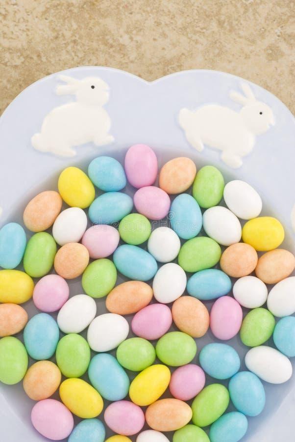 Placa de Pascua por completo del caramelo fotografía de archivo