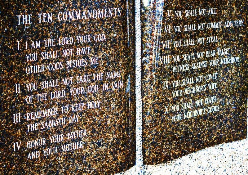 Placa de piedra de diez mandamientos fuera de una iglesia católica fotos de archivo