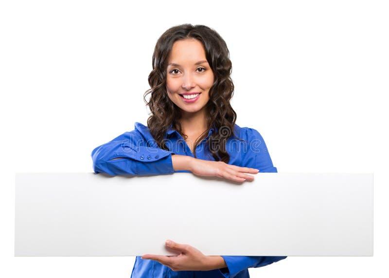 Placa de propaganda branca de sorriso da posse da mulher de negócio Cartão branco fotografia de stock royalty free