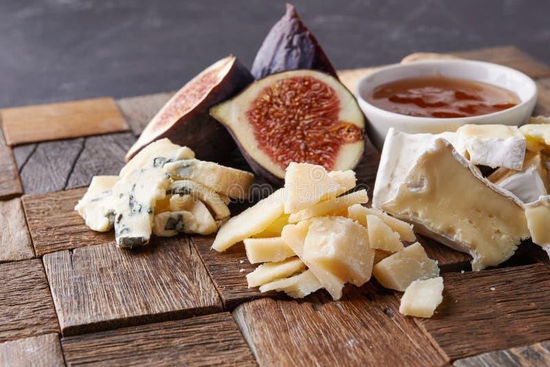 Placa de queijo com frutas foto de stock royalty free