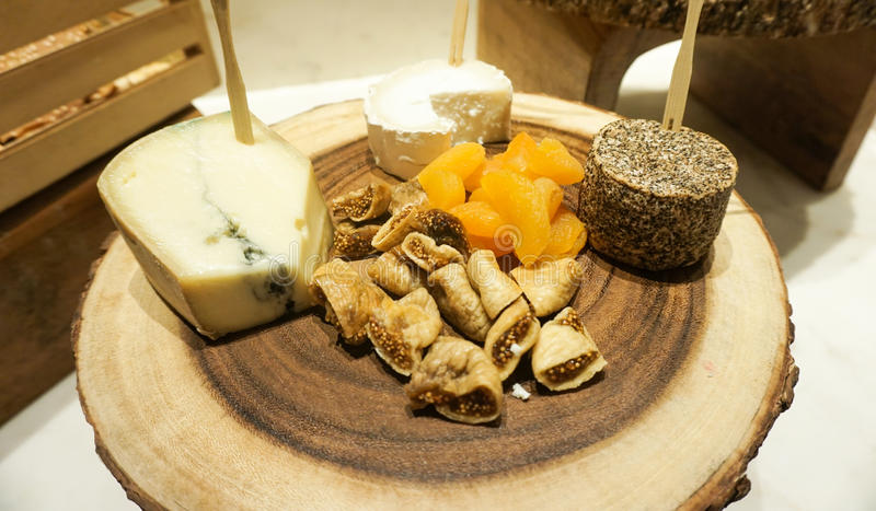 Placa de queijo e frutos secos foto de stock royalty free