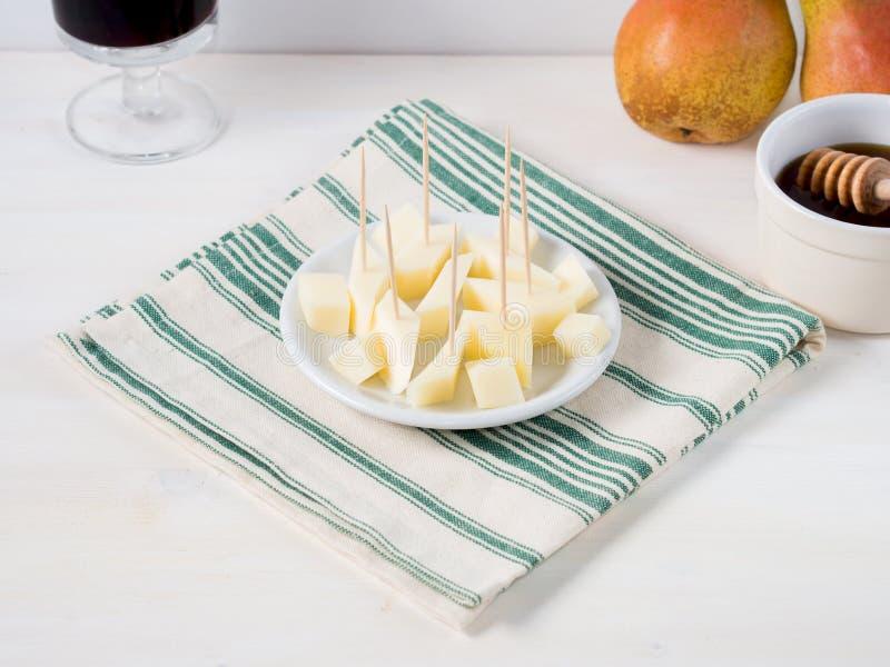 Placa de queijo em um guardanapo fotos de stock