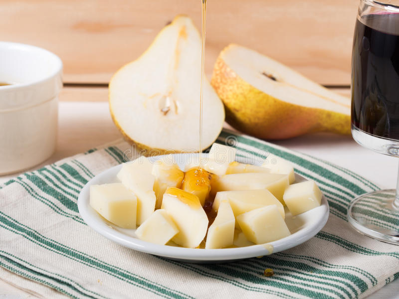 Placa de queijo em um guardanapo fotografia de stock