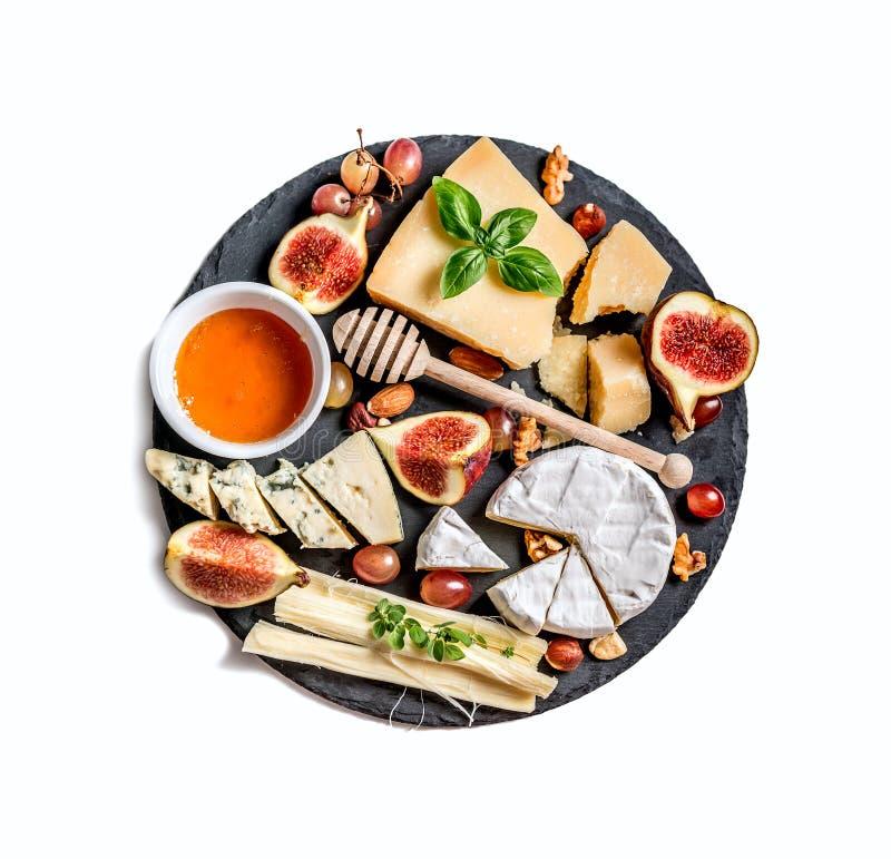 Placa de queijo servida com porcas e mel imagem de stock royalty free