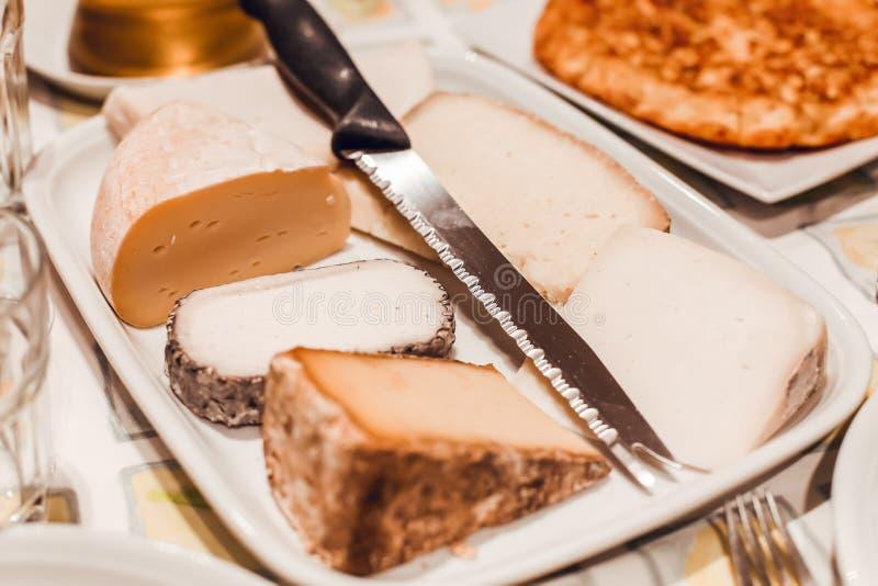 Placa de queijos franceses com faca fotografia de stock