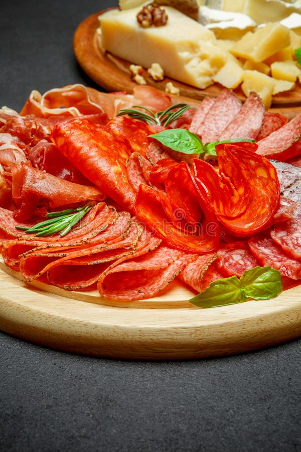 Placa de queso de la carne fría con la salchicha del chorizo del salami y el diverso tipo de queso fotografía de archivo