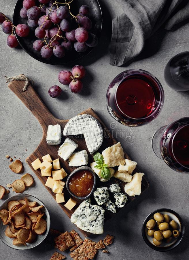 Placa de queso y vino rojo fotografía de archivo