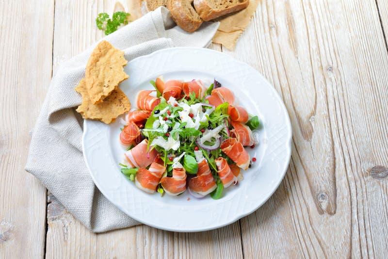 Placa de salada com bacon imagem de stock royalty free
