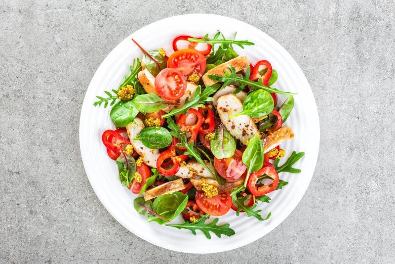Placa de salada do legume fresco dos tomates, dos espinafres, da pimenta, da rúcula, das folhas da acelga e da carne grelhada do  foto de stock royalty free