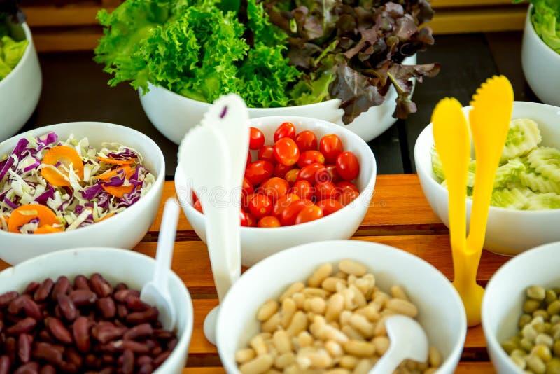 Placa de salada fresca com verdes misturados fotos de stock royalty free