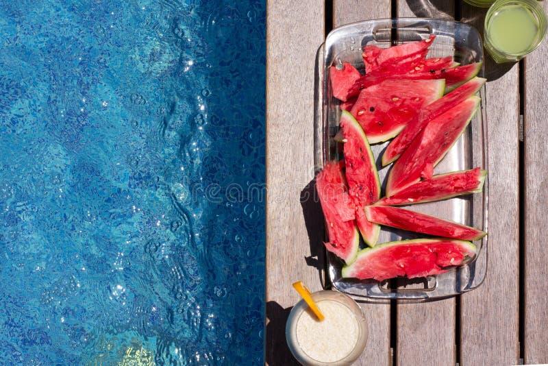 Placa de sandía y tintes de verano cerca de la piscina Dieta de verano exótica El estilo de vida de las playas tropicales fotografía de archivo libre de regalías