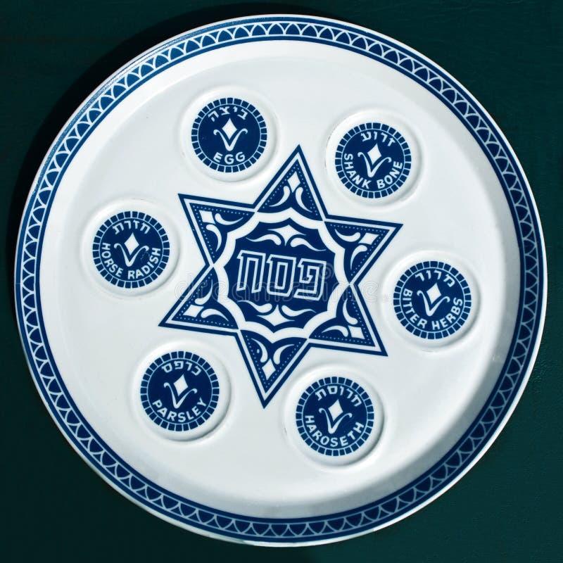 Placa de Seder del Passover de la vendimia en fondo oscuro. fotografía de archivo libre de regalías