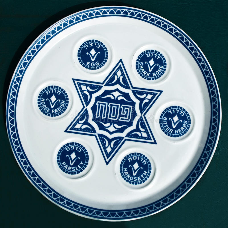 Placa de Seder do Passover do vintage no fundo escuro. fotografia de stock royalty free