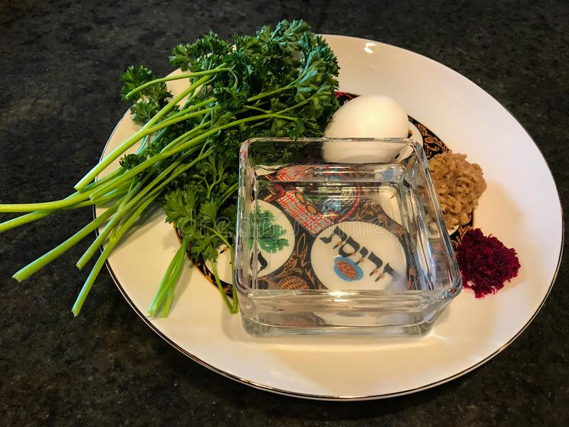 Placa de Seder usada en ceremonia de la pascua judía imagenes de archivo