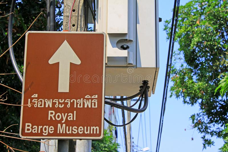 Placa de sentido do Museu Nacional de barcas reais, Banguecoque, Tailândia fotos de stock royalty free