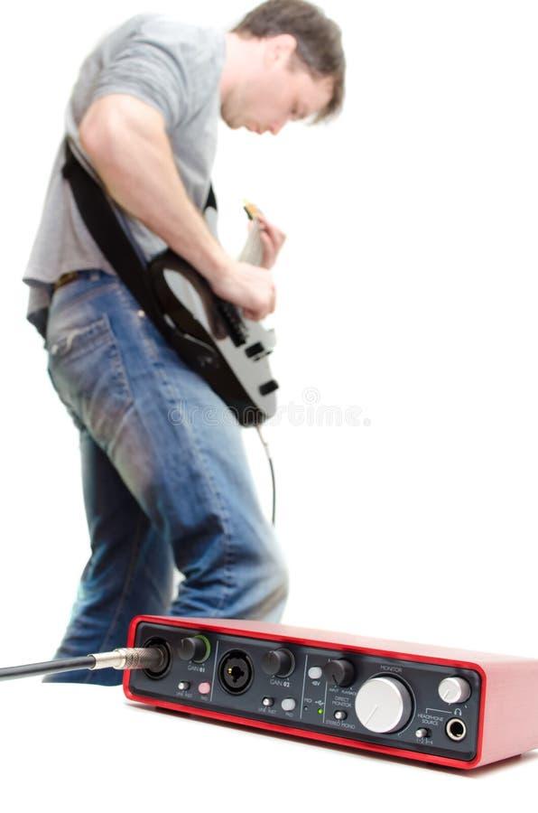 Placa de som e guitarrista que jogam a música imagem de stock royalty free