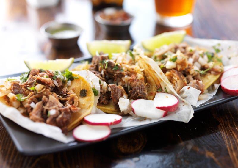 Placa de tacos mexicanos autênticos do estilo da rua com fatias do rabanete imagens de stock