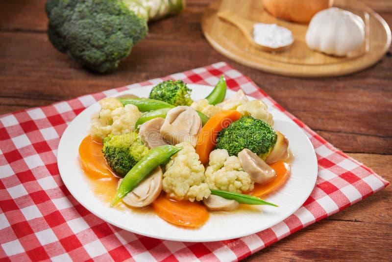Placa de vegetais fritados com couve-flor, cogumelo, cenoura e fotos de stock
