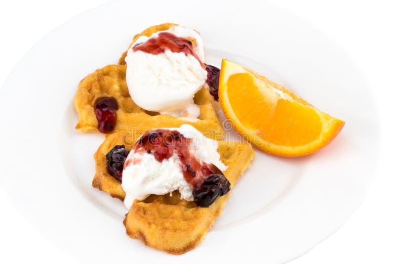 Placa de waffles belgas com gelado, doce e uma fatia de oran imagem de stock