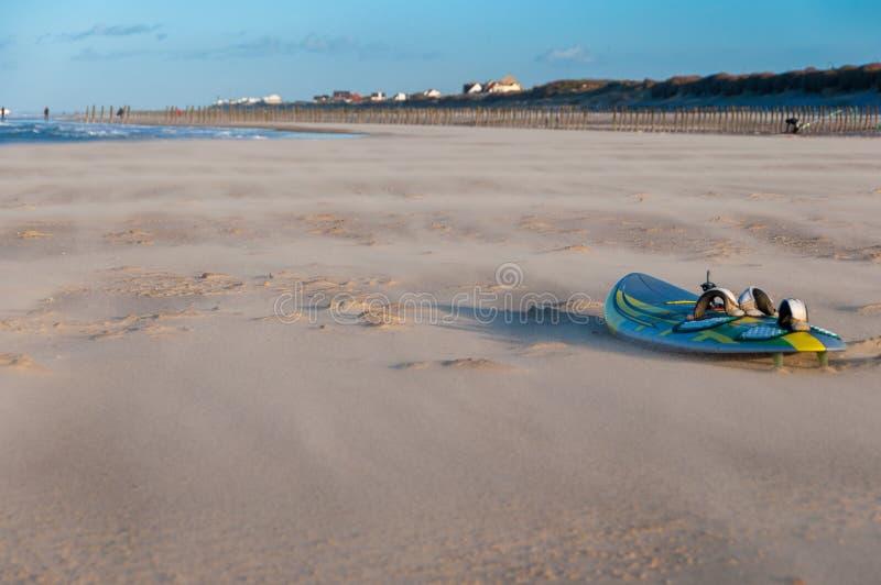 A placa de windsurf em uma praia fotos de stock