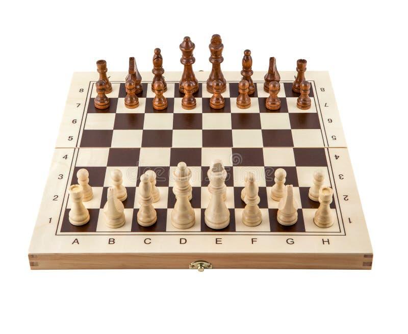 Placa de xadrez com as partes de madeira da xadrez isoladas no branco imagens de stock