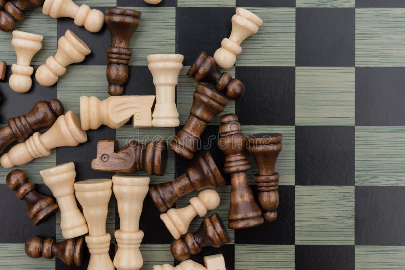 Placa de xadrez com partes de xadrez imagens de stock