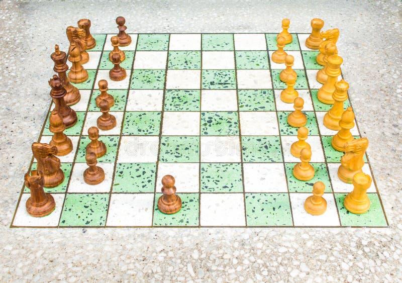 Placa de xadrez em uma tabela de mármore com partes de xadrez foto de stock