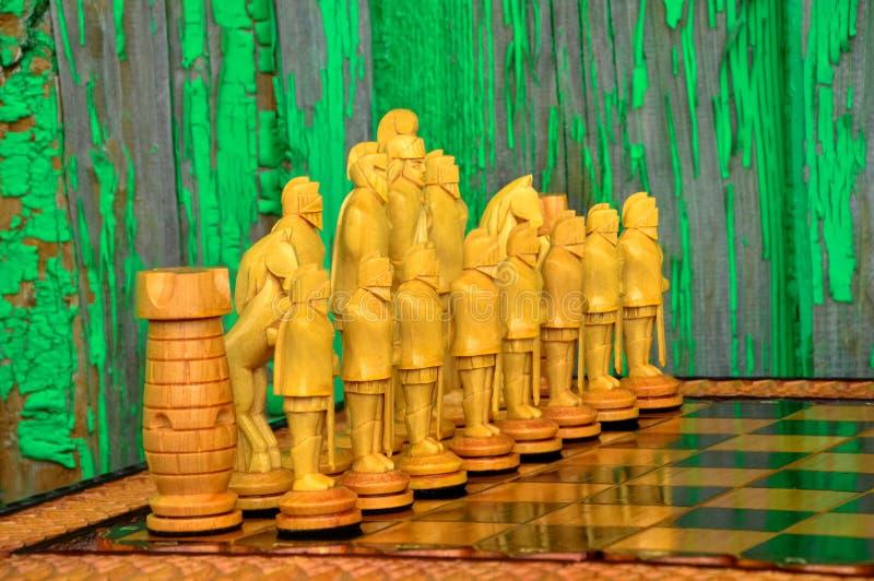 Placa de xadrez Figuras de madeira imagens de stock