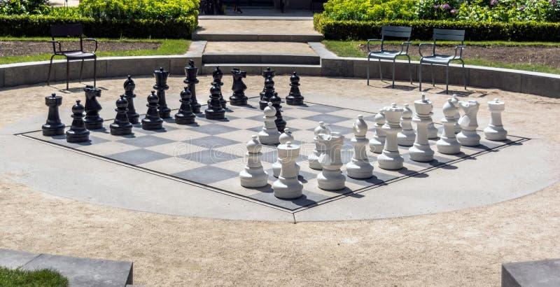 A placa de xadrez gigante no Museu Nacional de Rijksmuseum jardina foto de stock royalty free