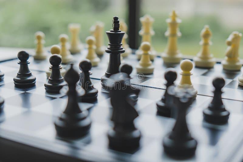 A placa de xadrez mostra a liderança, os seguidores e as estratégias do sucesso comercial foto de stock royalty free