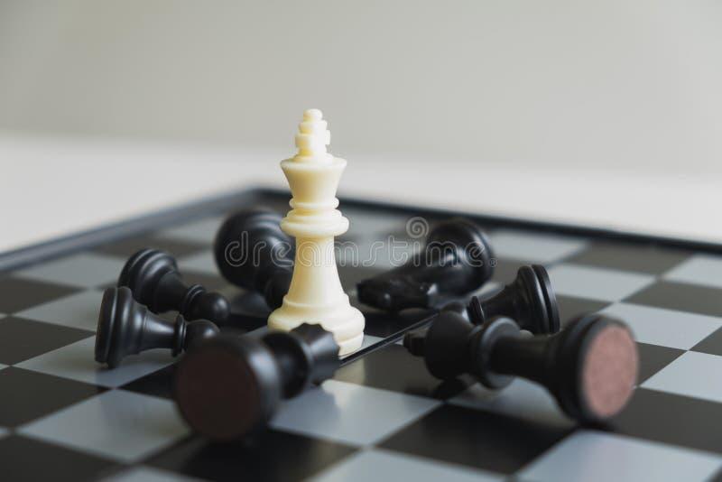 A placa de xadrez mostra a liderança, os seguidores e as estratégias do sucesso comercial imagem de stock