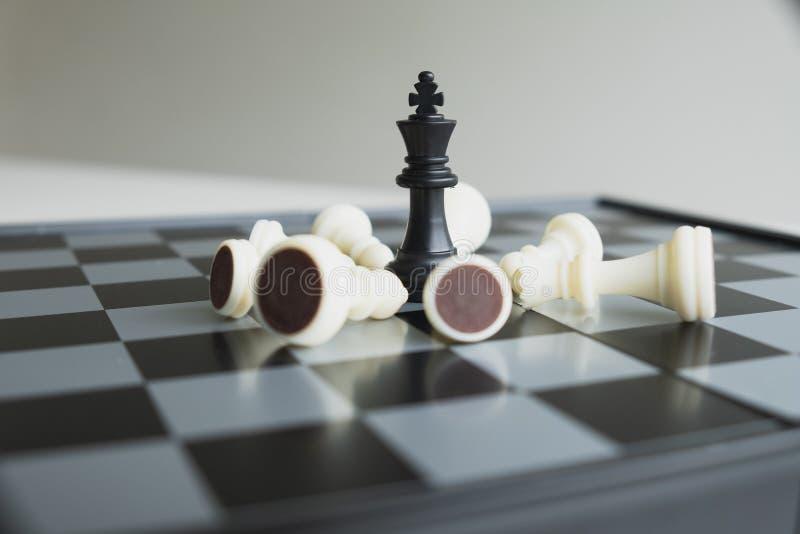 A placa de xadrez mostra a liderança, os seguidores e as estratégias do sucesso comercial foto de stock