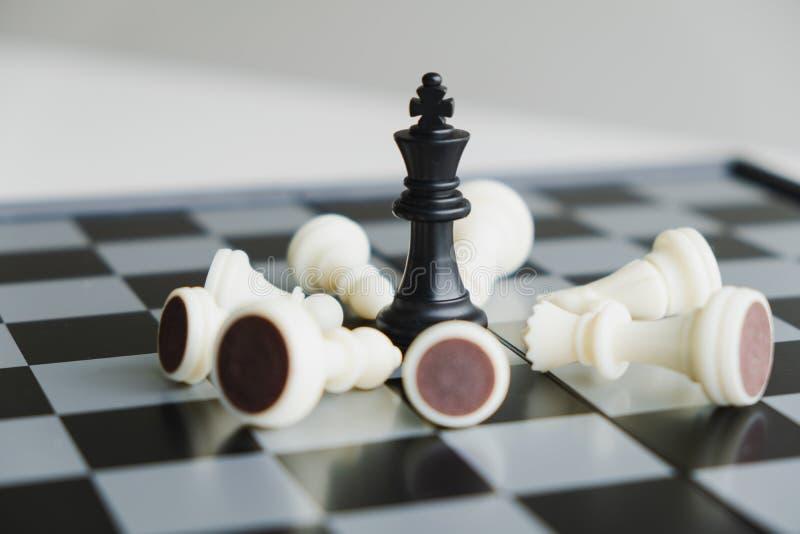 A placa de xadrez mostra a liderança, os seguidores e as estratégias do sucesso comercial fotos de stock royalty free