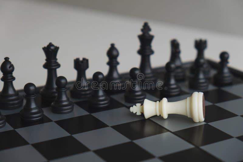 A placa de xadrez mostra a liderança, os seguidores e as estratégias do sucesso comercial fotos de stock