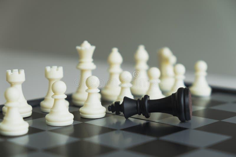 A placa de xadrez mostra a liderança, os seguidores e as estratégias do sucesso comercial fotografia de stock royalty free