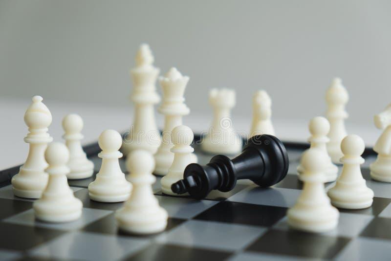 A placa de xadrez mostra a liderança, os seguidores e as estratégias do sucesso comercial imagens de stock