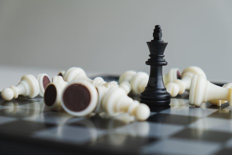 A placa de xadrez mostra a liderança, os seguidores e as estratégias do sucesso comercial imagens de stock royalty free