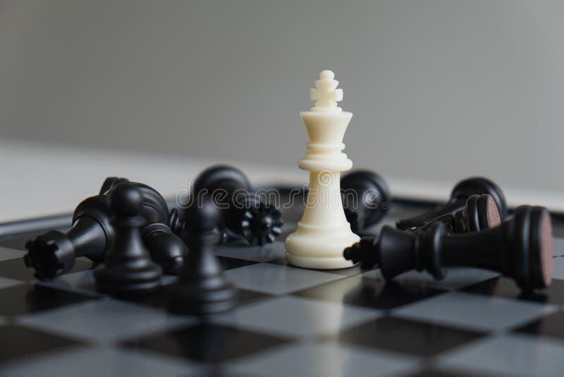 A placa de xadrez mostra a liderança, os seguidores e as estratégias do sucesso comercial fotografia de stock