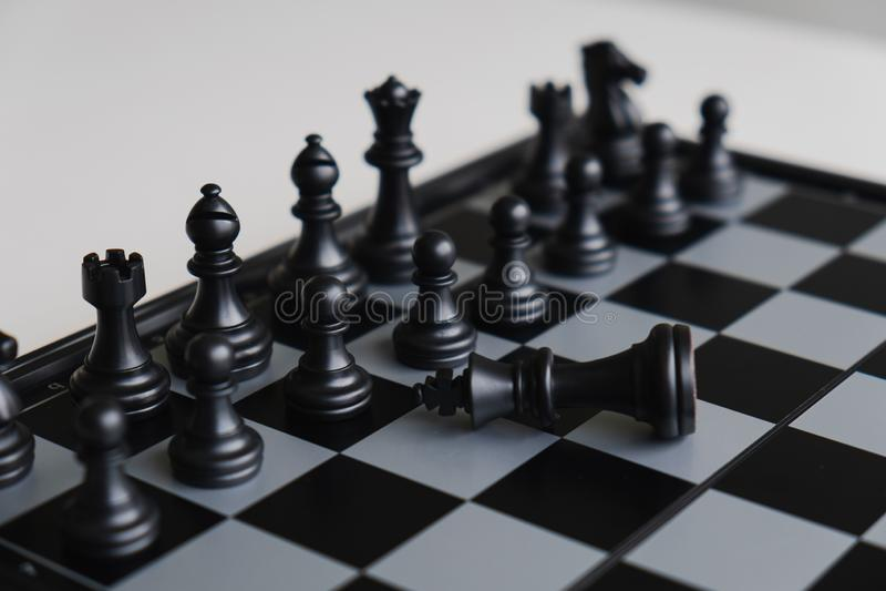 A placa de xadrez mostra a liderança, seguidores e as estratégias do sucesso comercial, líderes devem ser humildes imagens de stock royalty free