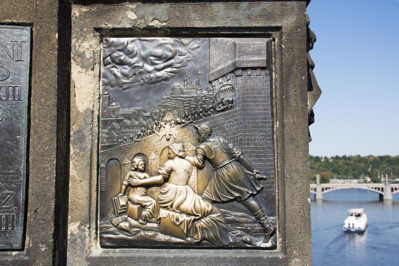 Placa debajo de St John de la estatua de Nepomuk en Charles Bridge en República Checa imagen de archivo